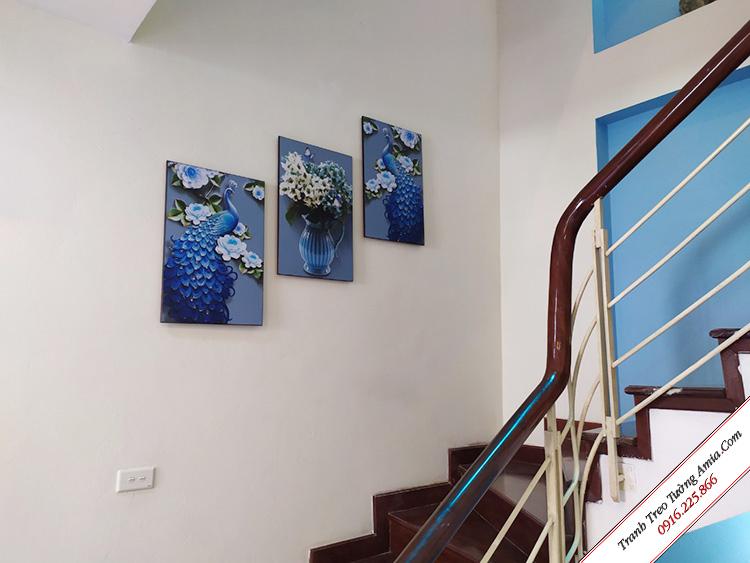 tranh doi cong xanh va binh hoa treo cau thang
