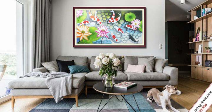 tranh treo phong khach ca chep trong dam hoa sen ve son dau
