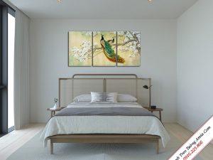 tranh treo phong ngu doi chim cong tren canh mai trang