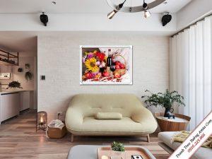tranh tre tuong phong khach binh hoa qua va ruou vang
