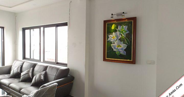 tranh hoa sen treo tuong phong khach chung cu dep